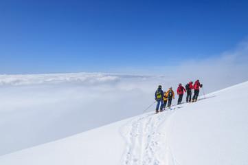 eine Gruppe Freerider im unberührten Schnee der Monte Rosa