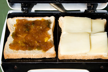 Foto: Preparing Grilled Cheese and Mango Chutney Sandwich