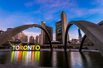 Photo sur Toile Toronto View of Toronto City Hall building during sunrise
