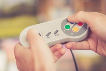Game Controller retro in Männerhand