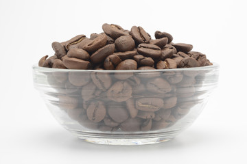 Café en grano en un bol de cristal