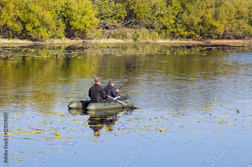 рыбак переплывает на лодке реку шириной 300