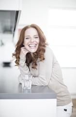 optimistische Gesunde rothaarige Frau