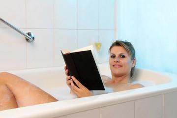 Buch lesen in der Badewanne
