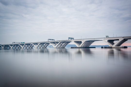 The Woodrow Wilson Bridge, over the Potomac River, seen from Ale
