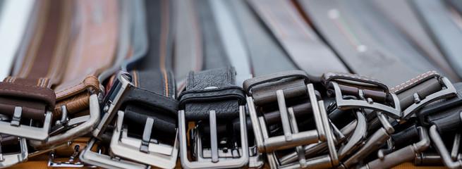 Ledergürtel Leder Gürtel am Marktstand eines Händlers auf dem Wochenmarkt