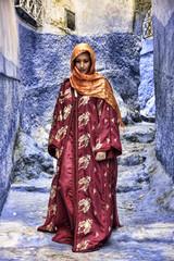 hermosa mujer que camina por las calles de Chefchaouen, Marruecos