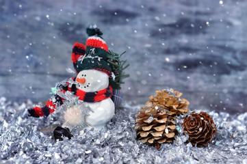 petit bonhomme de neige dans confettis et chute de neige