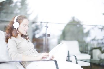 Frau zu hause am Tablet PC