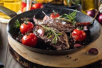 Steak Gericht mit kartofeln und bier