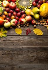 Obraz Jesienne owoce na drewnianym tle - fototapety do salonu