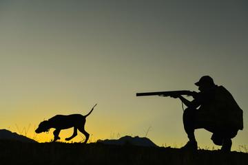 köpekle kuş avı yapan avcı