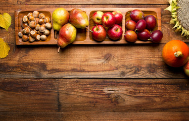 Fototapeta Jesienne dojrzałe owoce na drewnianym tle obraz