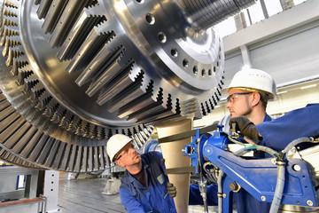 Montage von High Tech Maschinenbau - Arbeiter montieren eine Turbine // Installation of high-tech engineering - Workers assemble a turbine