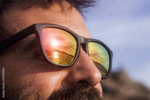 Puesta De Ve Gafas Sol Observando Que Chico Se Con La rBCWQdoex