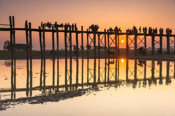 Photo sur Plexiglas Pont Sunset with silhouettes of people on Bridge U-Bein teak bridge i