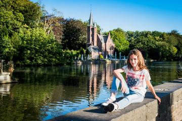 Fillette devant le lac des amoureux à Bruges