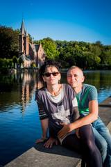 Couple amoureux devant le lac des amoureux à Bruges