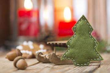 Tannenbaum aus Filz mit Weihnachtsdeko