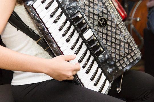 tocando acordeon