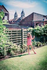 La fillette dans le jardin à Croix