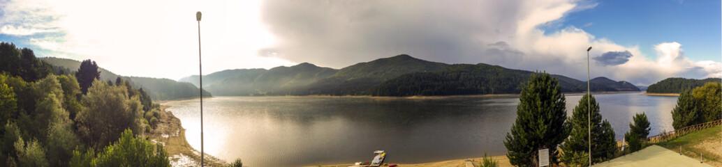 Foto panoramica del lago arvo