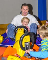 Vater und Sohn haben Spaß im Miniscooter