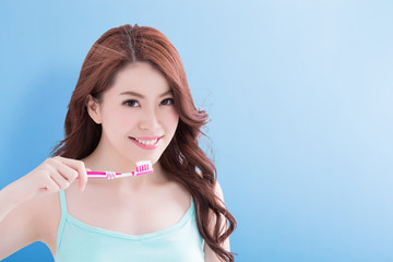 beauty woman take toothbrushs