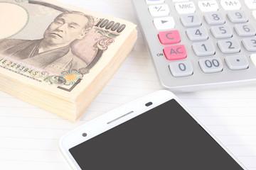 電卓とお金とスマートフォン