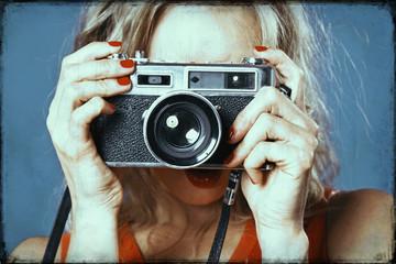 femme style années 1980 photographiant avec appareil photo argentique vintage