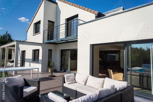 Terrasse maison neuve photo libre de droits sur la for Achat maison neuve 26