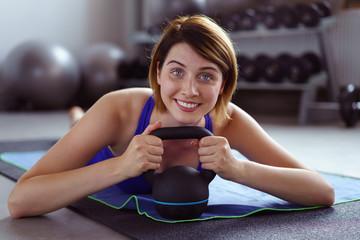 frau trainiert im fitnessstudio mit einem kettlebell