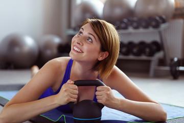frau trainiert im fitnesstudio
