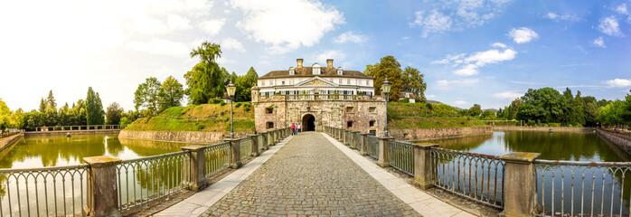 Bad Pyrmonter Schloss mit Wallanlage