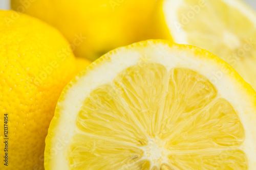 Fototapete Saftige gelbe Zitronen in der Sommersonne.