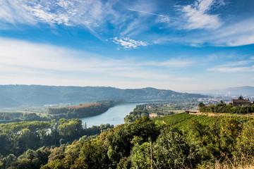 Panorama sur les champs de  vignes et la vallée du Rhône