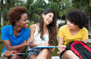 Drei Freundinnen haben Spass am Lernen