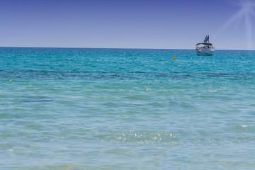 Schöner Meerblick mit Segel Yacht