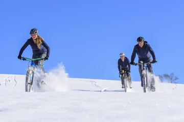 MTB-Downhill über einen verschneiten Hang