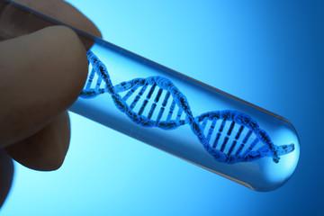 Arzt, Wissenschaftler oder Forscher für Gentechnik oder Genetik hält Reagenzglas mit DNA Doppelhelix