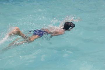 Niño nadando en pileta,