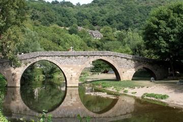 Le vieux pont de pierre à Belcastel,village classé de l'Aveyron,sur la rivière Aveyron