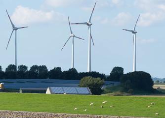 Windpark an der Küste mit Photovoltaik Anlagen