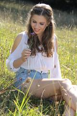 Mädchen freut sich über Blume