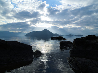 朝日に反射する湖