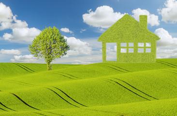 Koncepcja ekologicznych,zielonych domów na tle błękitnego nieba