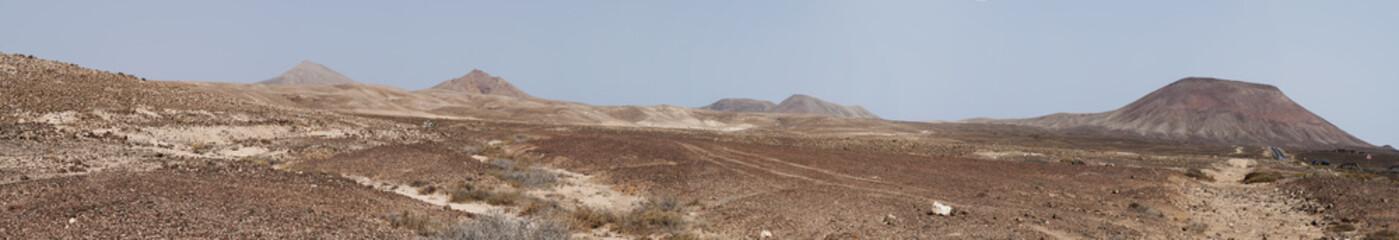 Fuerteventura, Isole Canarie: vista del paesaggio dell'isola con le montagne e la terra desertica il 31 agosto 2016