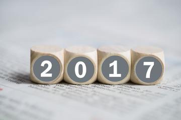 Würfel mit Jahreszahl 2017 auf einer Zeitung