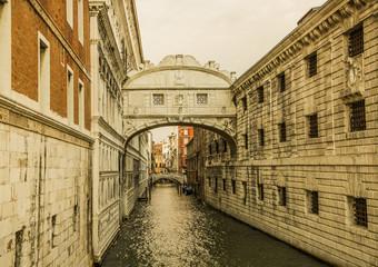 канал в венеции.  улица старые здания канал. арка мост над каналом