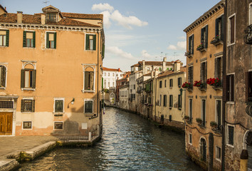 канал в венеции. узкая улица старые дома канал.